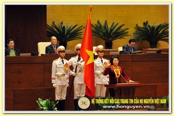 Bà Ngân là lãnh đạo nhà nước đầu tiên thực hiện nghi lễ tuyên thệ khi nhậm chức tại Quốc hội. (Ảnh: H.L)