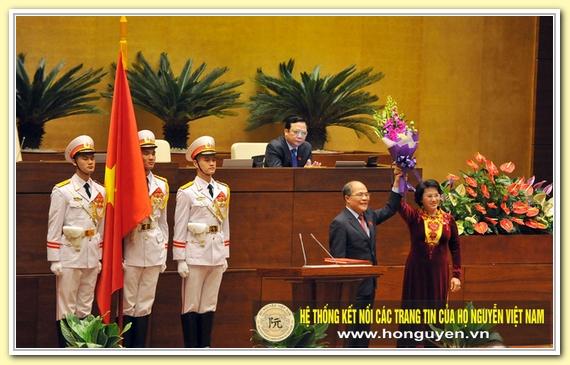 Nguyễn Sinh Hùng nói lời chúc mừng với nữ Chủ tịch Quốc hội đầu tiên trong lịch sử và tặng hoa người kế nhiệm của mình. (Ảnh: H.L)